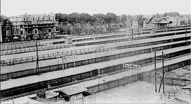 Rennbahnhof_Gleisseite_und_Empfangspavillon.jpg